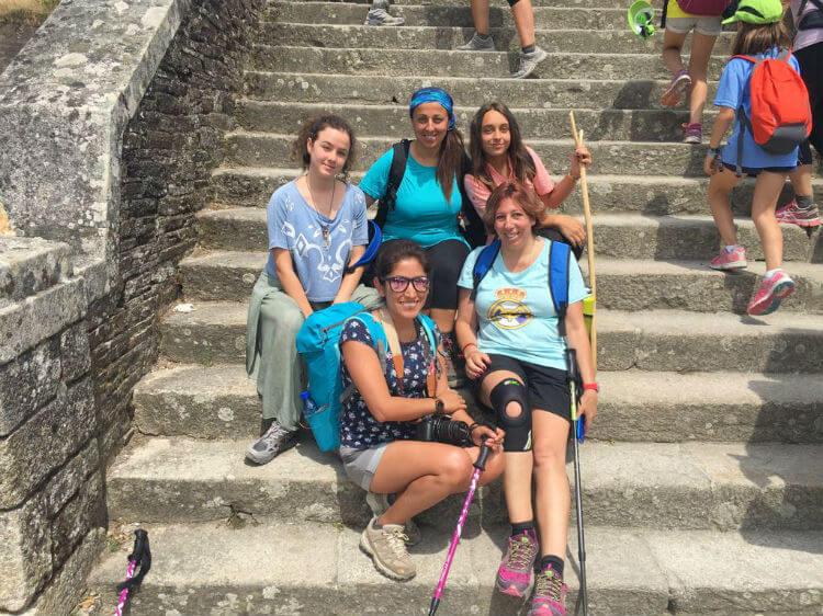 peregrinas en escaleras posando