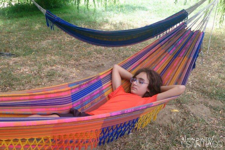 niño descansando en hamaca
