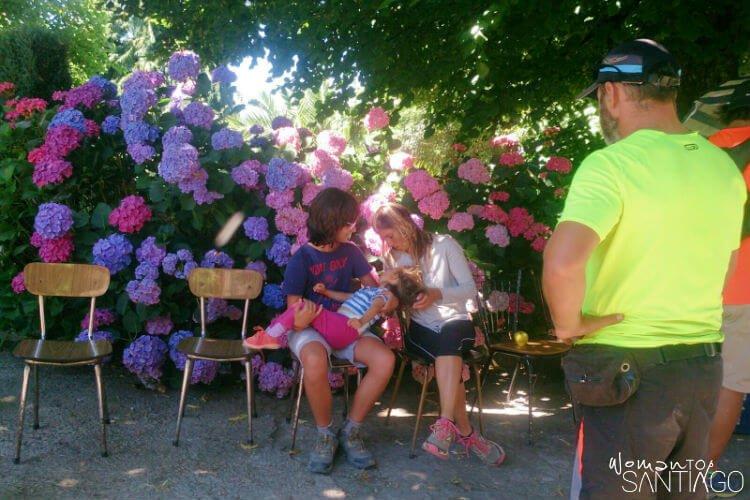 niño descansando encima de dos mujeres y fondo con flores