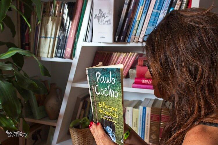 noelia leyendo Paulo Coelho