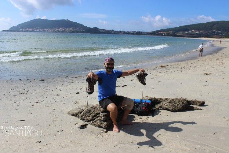 juanan posando con un paisaje de playa detrás