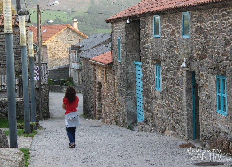 Noelia caminando por Olveiroa