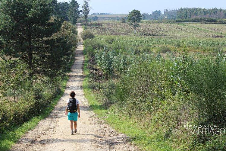 Noelia recorre un sendero