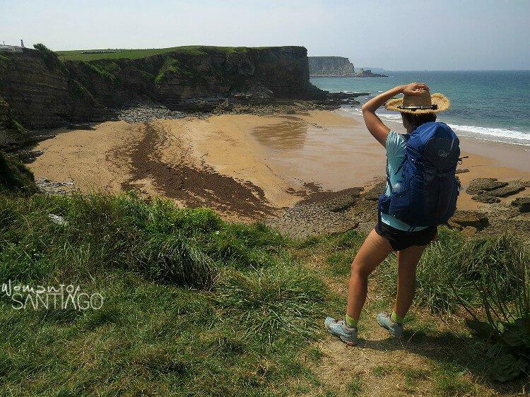 Noelia con sombrero mirando una playa