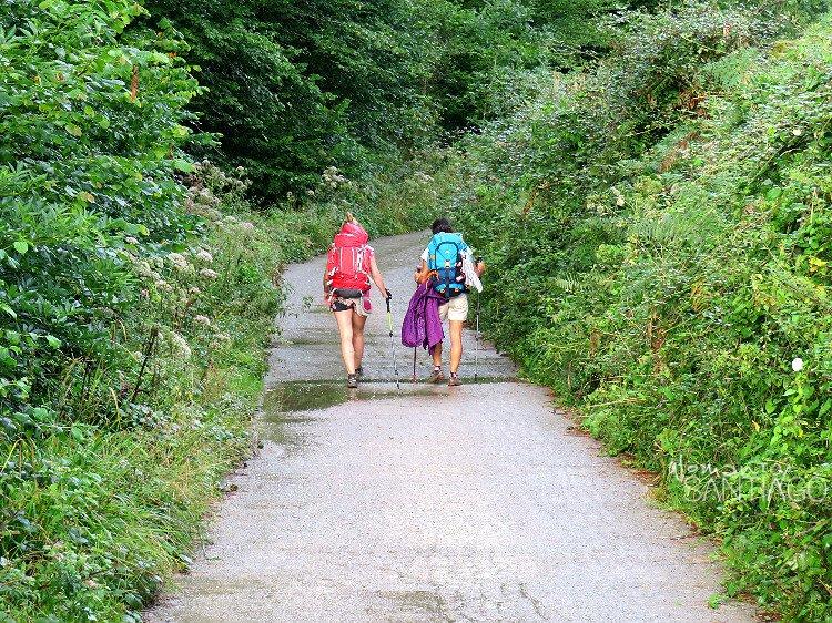Dos peregrinas caminando con sus mochilas