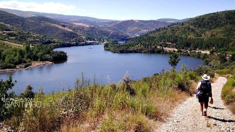 noelia caminando por un sendero y un lago al fondo