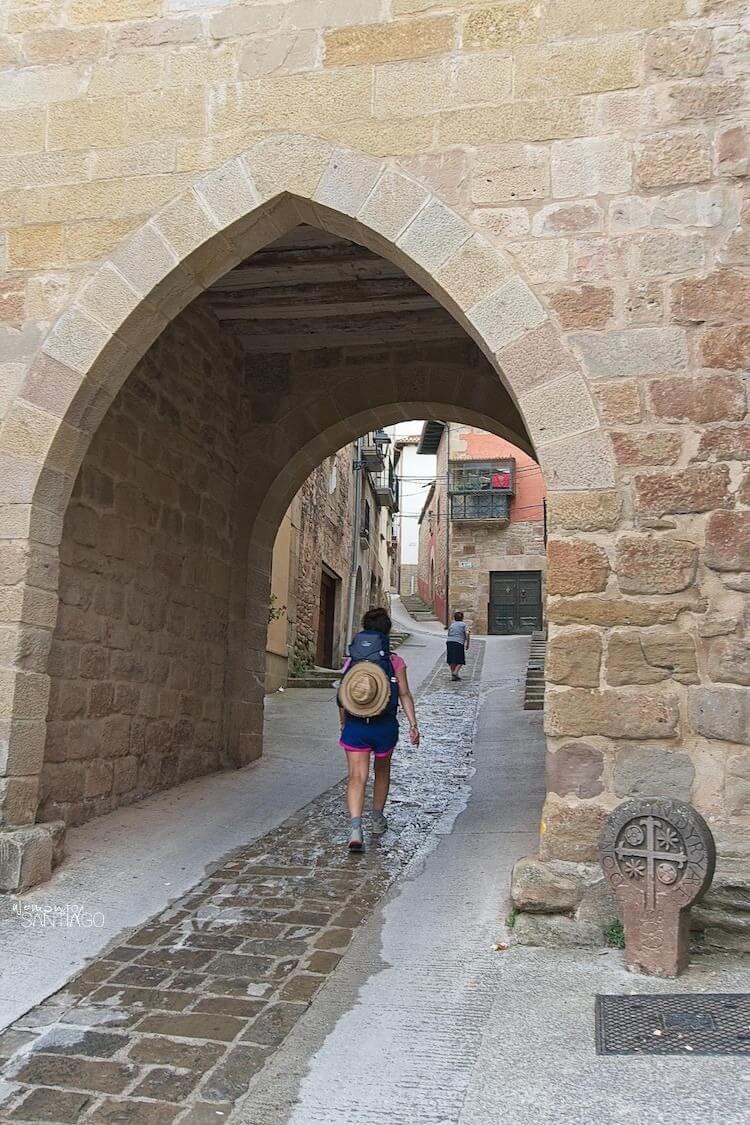 Noelia caminando pasando por debajo de un puente