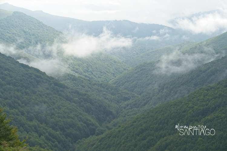 Paisaje con montañas y nubes