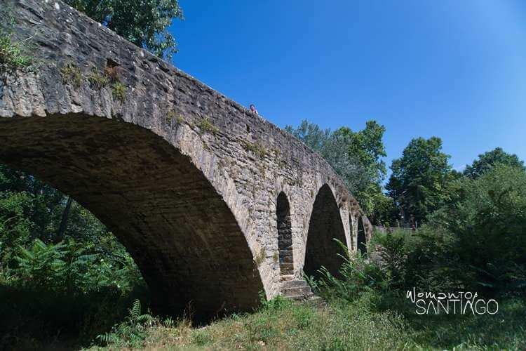 puente de piedra en el camino