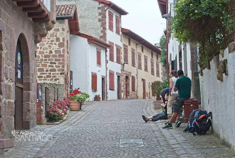 Callejuela con peregrinos descansando