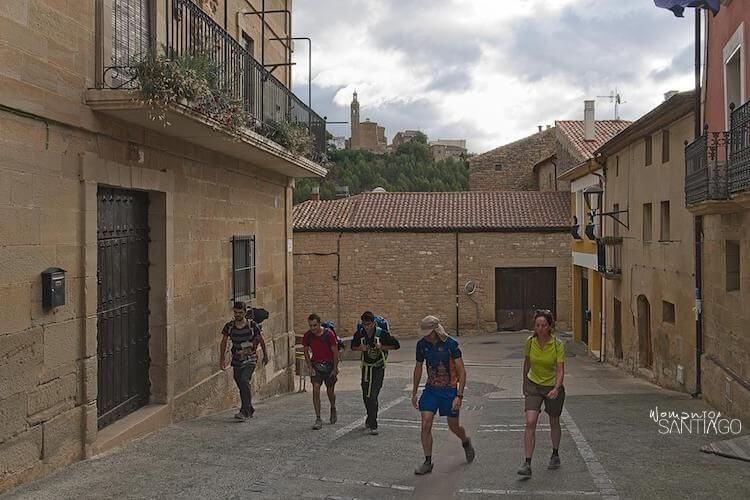 peregrinos en un pueblo del Camino de Santiago