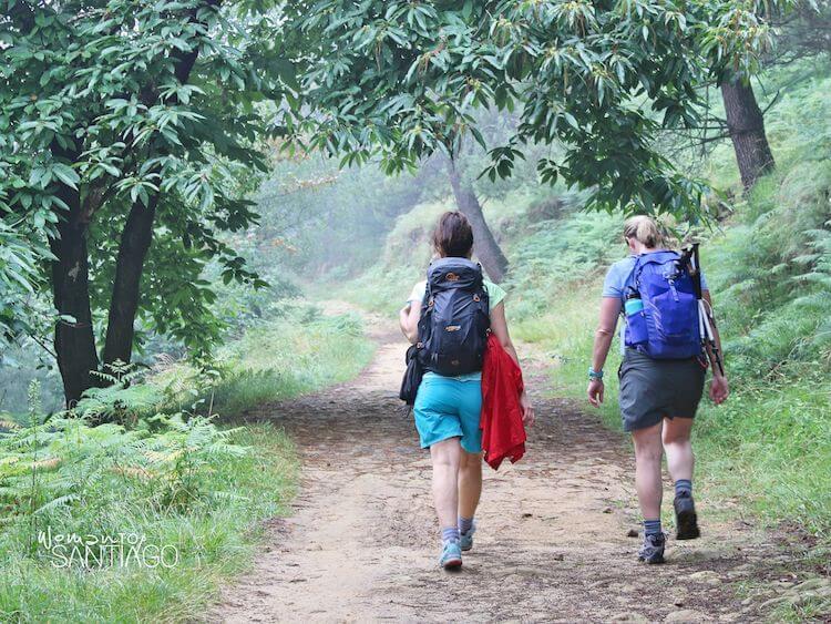 Noelia caminando por una senda junto a otra peregrina