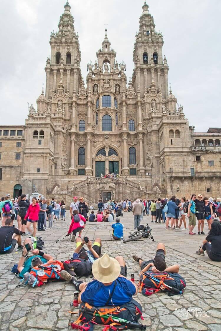 Peregrinos frente a la Catedral de Santiago de Compostela