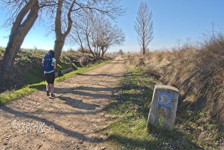 Noelia por el Camino con mochila