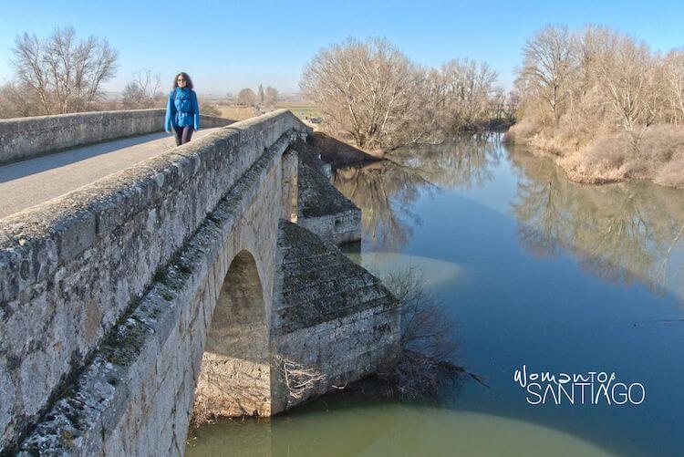 Noelia cruzando un puente Camino de Santiago
