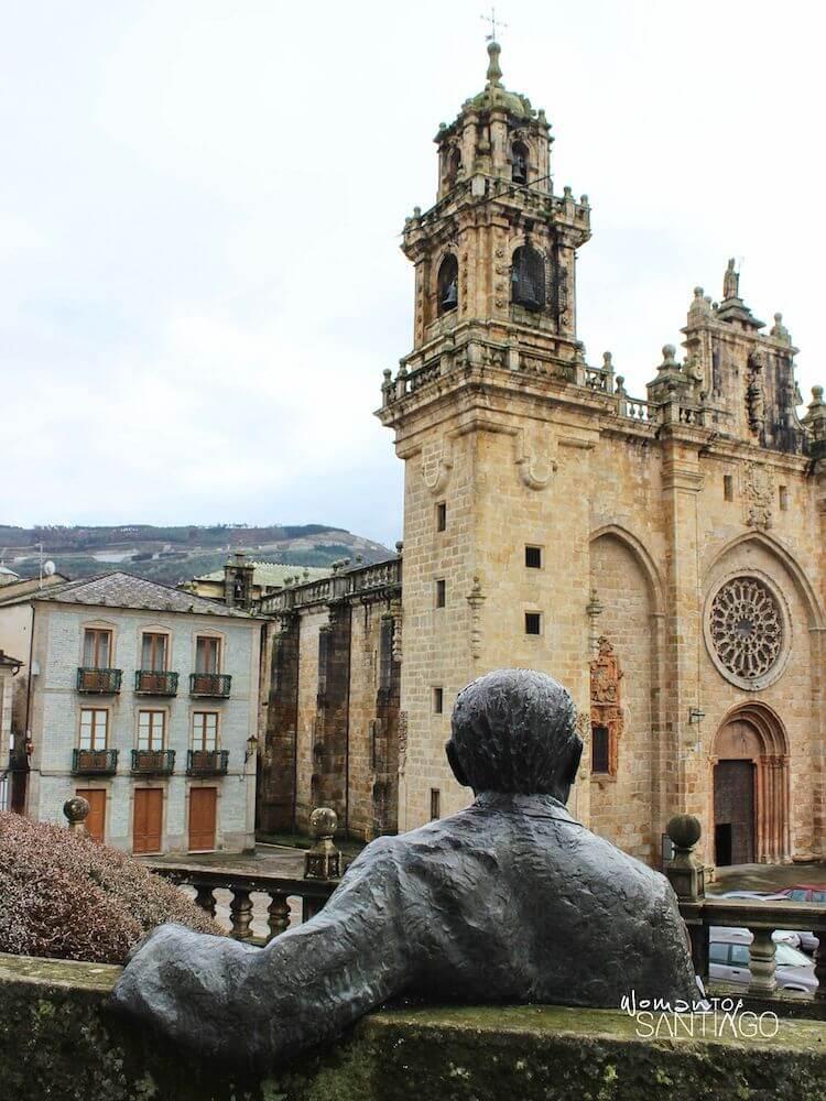 Monumento a Álvaro Cunqueiro frente a la Catedral de Mondoñedo
