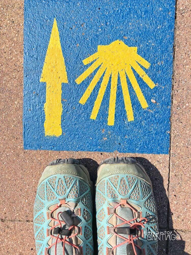 Camino de santiago pintado en el suelo