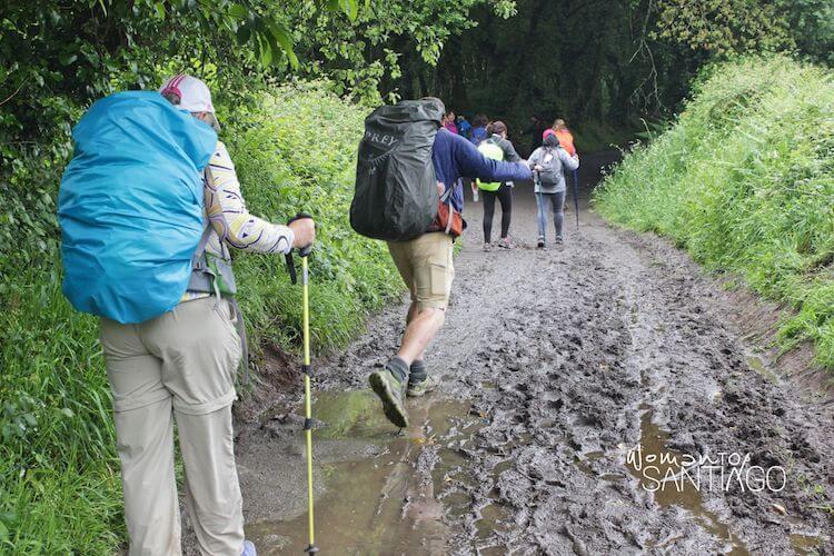 Camino de Santiago embarrado caminado por peregrinos