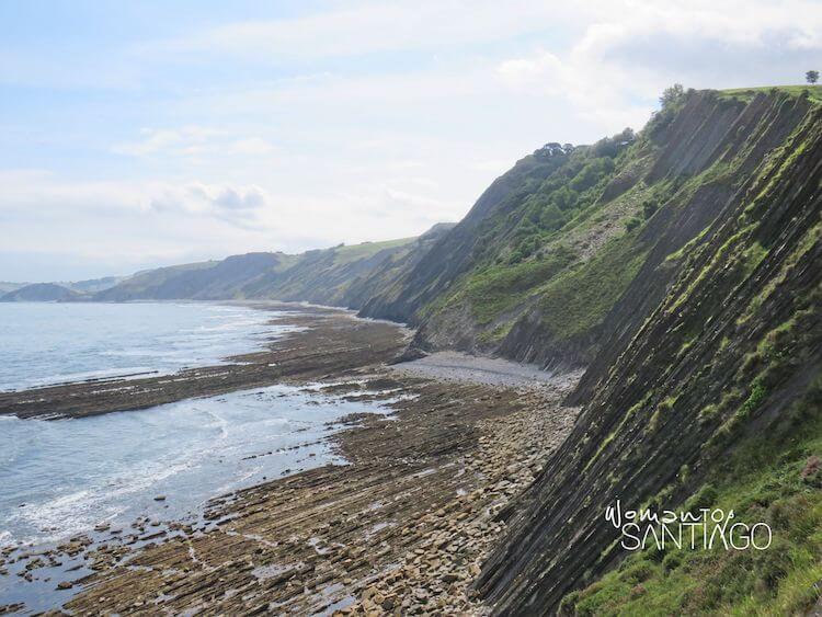 Mar y montaña sobre el Camino del Norte en el País Vasco