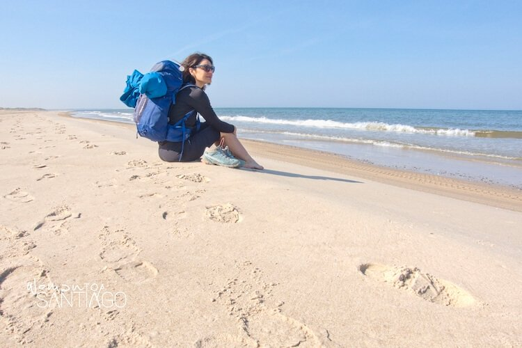 Peregrina en la playa mirando al mar