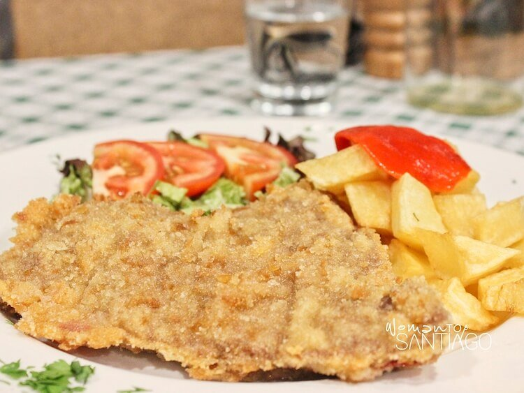 Cachopo con patatas fritas, ensalada mixta y pimiento rojo