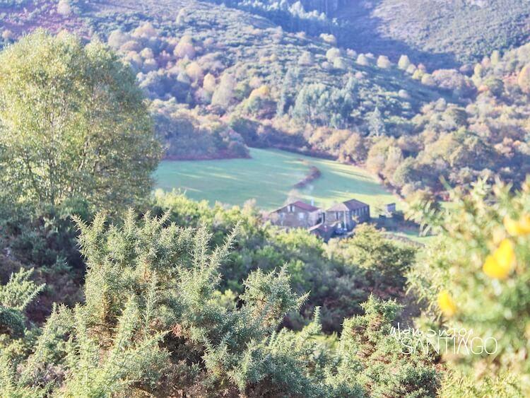 paisaje con casa con chimenea en el campo