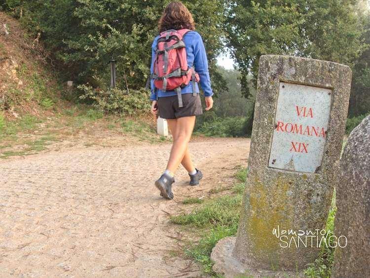 mujer caminando en el Camino de Santiago, en la Vía Romana XIX