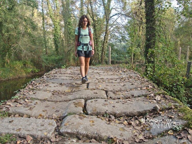 mujer caminando sobre calzada romana