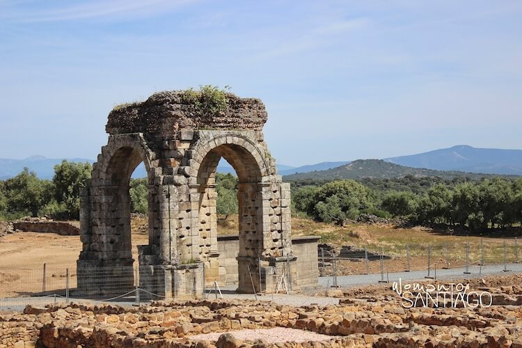Arco romano de Cáparra en el Camino de Santiago por la Vía de la Plata