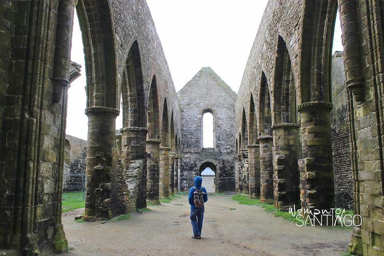 Iglesia en ruinas en Bretaña