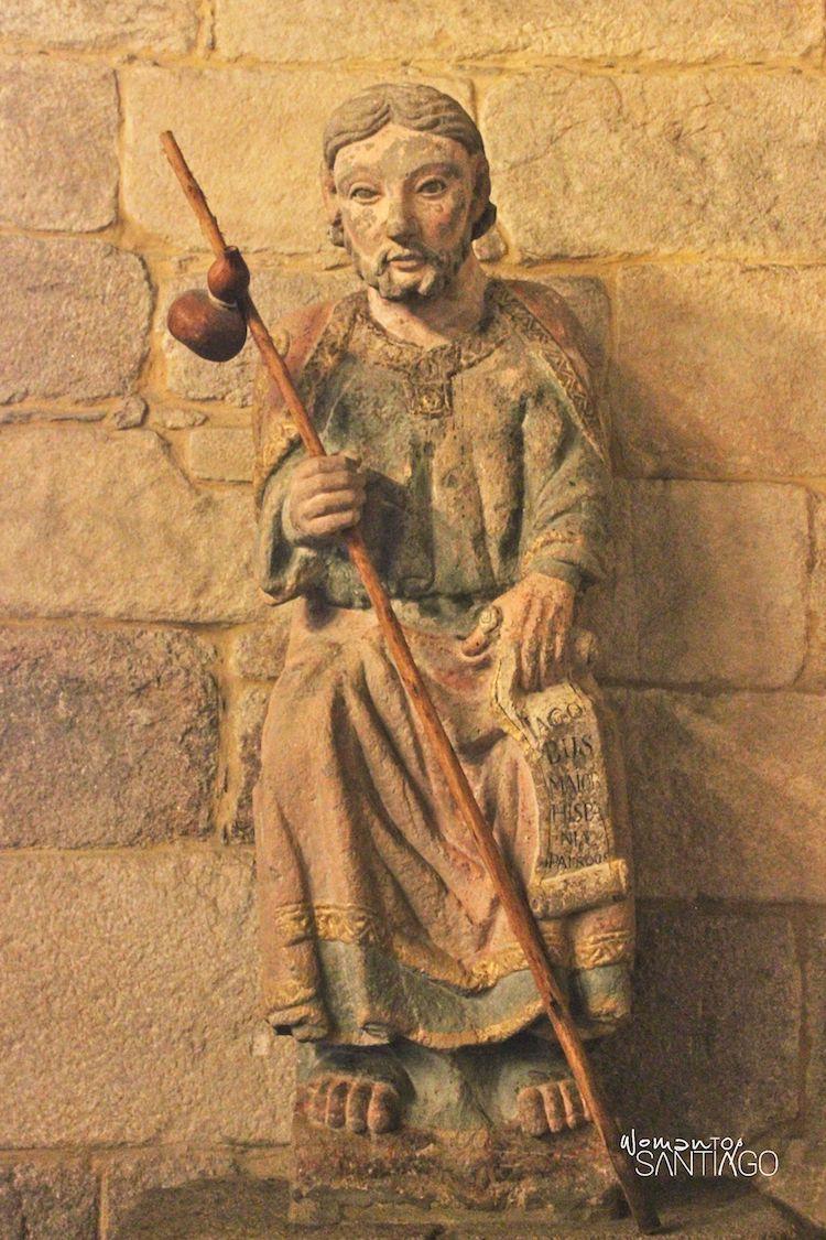 Escultura de Santiago peregrino sobre el Camino Inglés