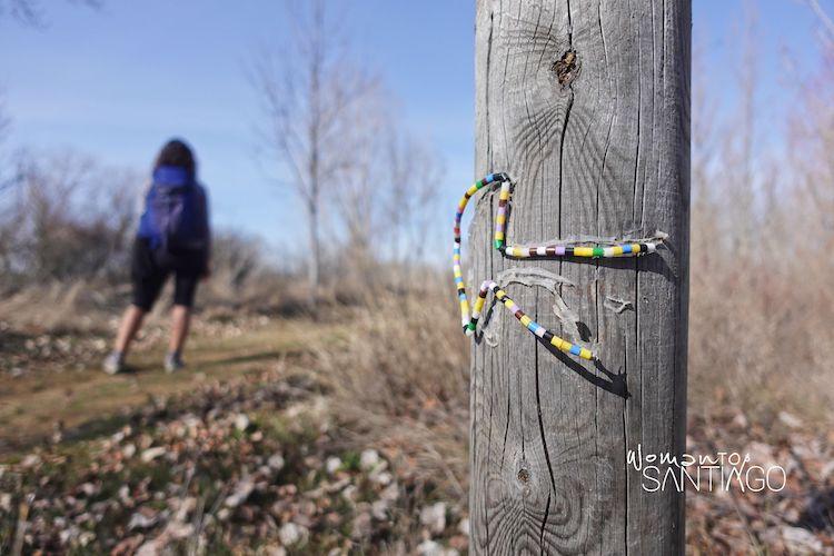 Flecha del Camino de Santiago hecha con cuerda