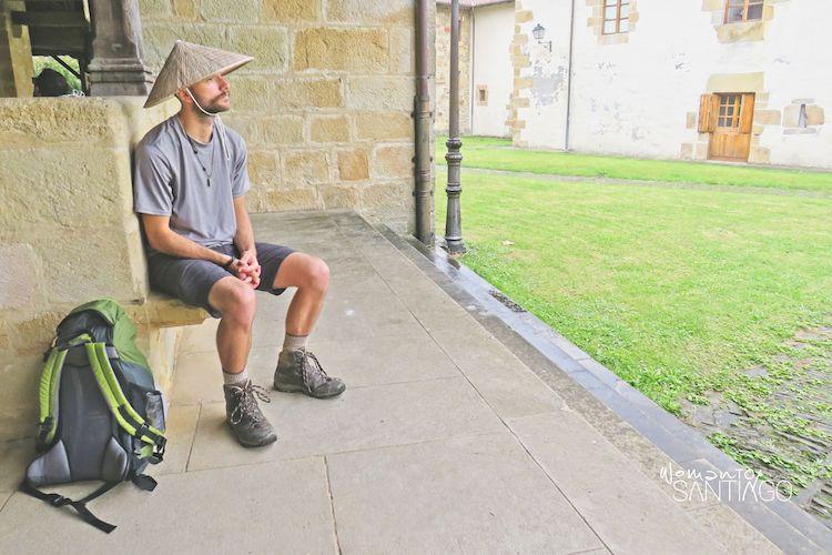peregrinos esperando en el camino de santiago