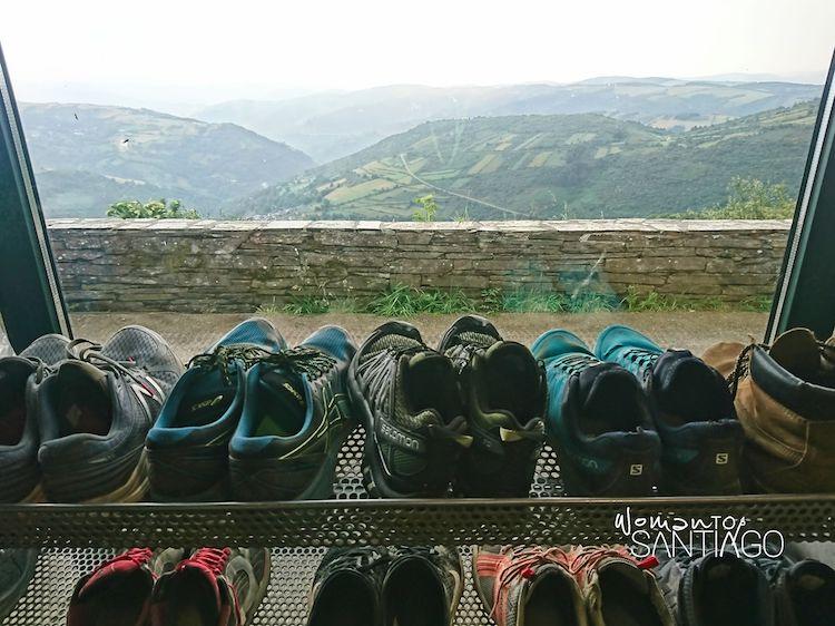 Zapatos en el albergue de peregrinos de O Cebreiro