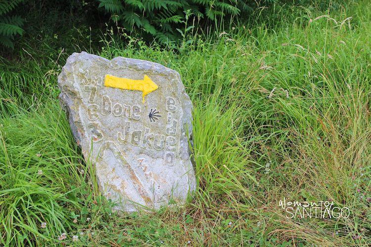 Flecha amarilla sobre mojón en el País Vasco