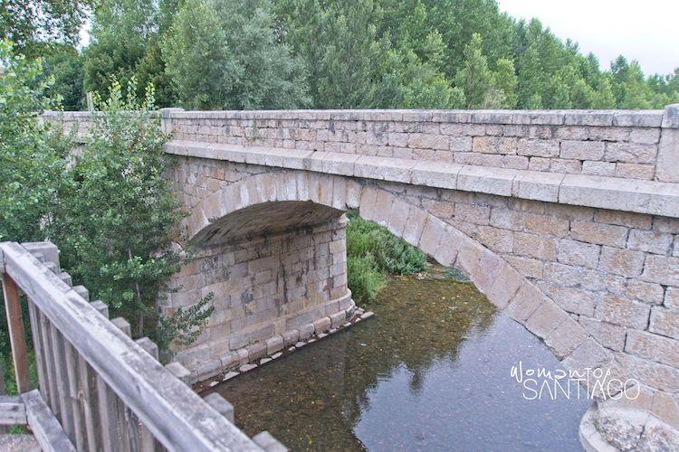 Puente de piedra, uno de los secretos de una ruta mágica en el camino de santiago