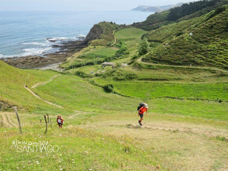 Peregrinos haciendo el viaje del Camino del Norte por Zumaia