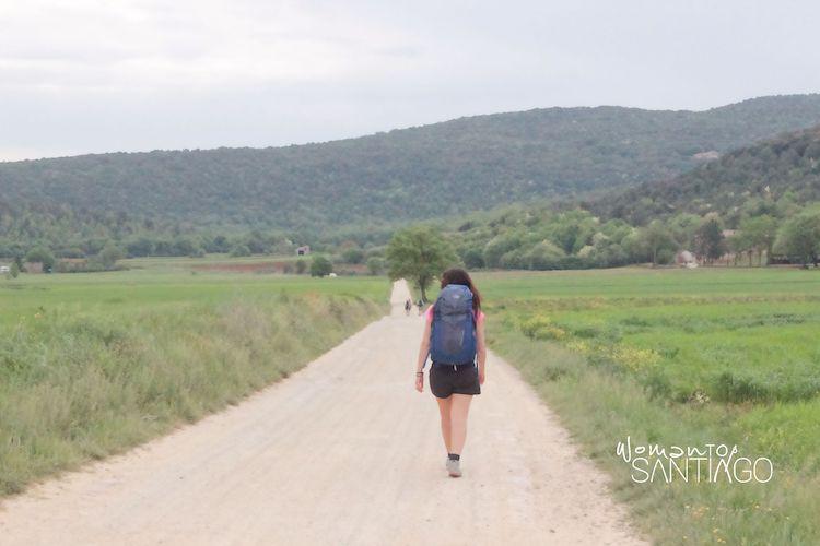 Peregrina paseando por el Camino de Santiago tras el Covid-19