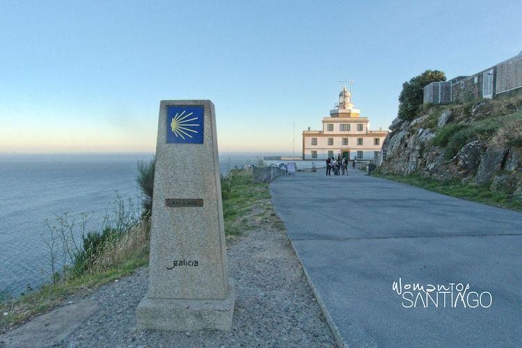 Faro de Finisterre con el mojón con el kilómetro cero