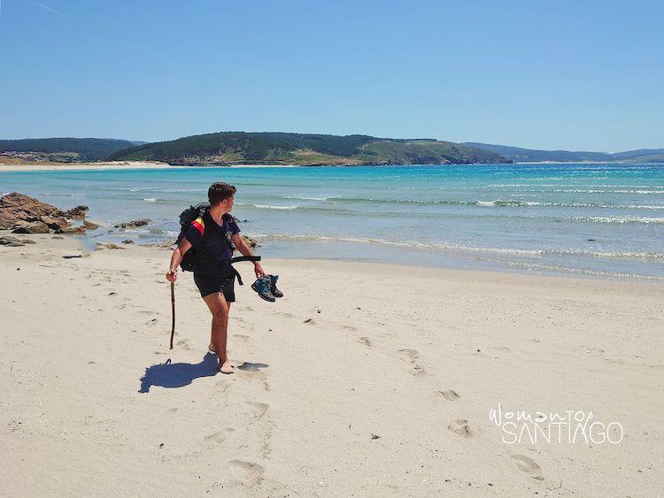 Peregrino en la playa de Nemiña