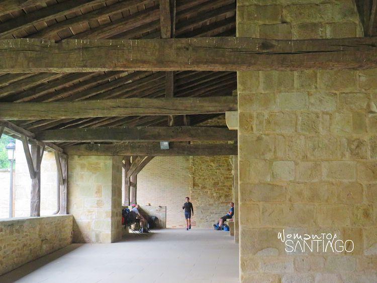 Peregrinos bajo el pórtico del monasterio de Cenarruza