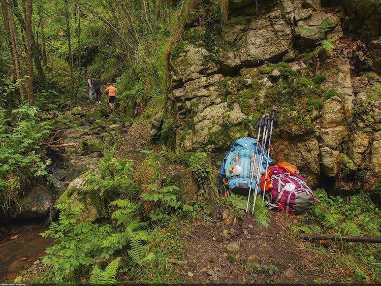 Mochilas en el desvío a las cascadas de Nonaya