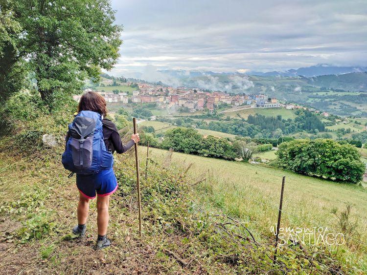 Peregrina contempla las vistas de Tineo en el Camino Primitivo